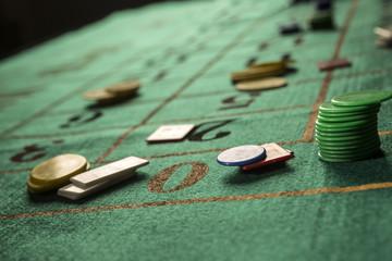Fiches su tavolo verde da roulette sul numero 0
