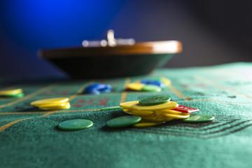 fiche su tavolo da roulette con sfondo blu