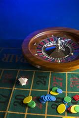 roulette con fiche su sfondo blu