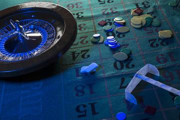 tavolo da roulette in situazione notturna con luce blu