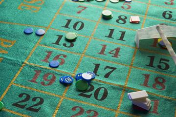 tavolo verde da gioco pieno di fiches durante una partita