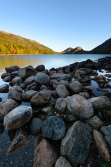 Fototapete - Rocky Shore of Jordan Pond at Sunrise