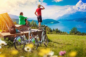 Frauen mit e-bike genießen Ausblick auf See-sportive holidays 0