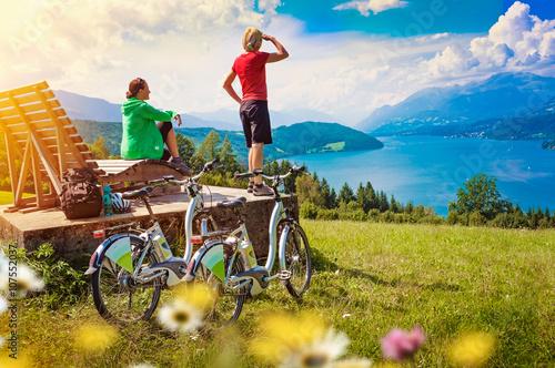 frauen mit e bike genie en ausblick auf see sportive. Black Bedroom Furniture Sets. Home Design Ideas