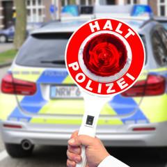 Kelle vor neuem Polizeiwagen