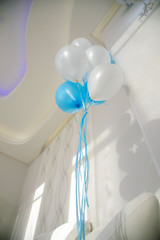 Holiday inflated balloons in the design of the wall. Interior of the Banquet hall in white. Design ofonline holiday in the room.