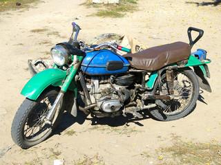 Motocicleta antigua en Siberia, rusia