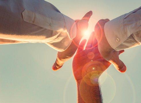 high five in der sonne. bereit für die herausforderung, we can do it! einer für alle, aller für einen.