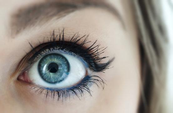 Occhio azzurro spalancato