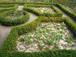 Landschaftspark mit kunstvoll angelegten Beeten in Bielefeld-Olderdisssen im Teutoburger Wald