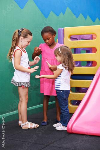 197fa2a9b83855 Mädchen spielen Klatschspiel im Kindergarten