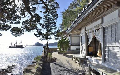下田市柿崎の弁天島にある弁天社(鷺島神社 ささげ弁天)と黒船です。吉田松陰と金子重輔はこの祠に身を隠し西暦1854年4月24日の夜、密航を試みました。当時もこのような風景だったのでしょうか。激動期の日本が偲ばれます。