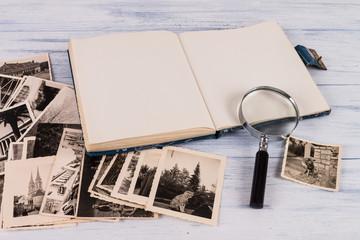 fotoalbum geöffnet mit lupe und alten bildern