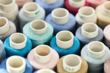 Papiers peints Rouge, noir, blanc Set of colored sewing thread spools