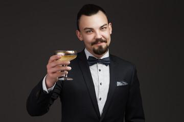 Мужчина с бокалом шапманского предлагает отпраздновать