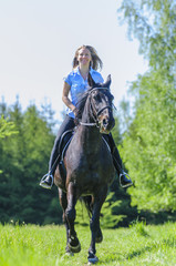 Frau hat Spass beim Ausritt mit ihrem Pferd