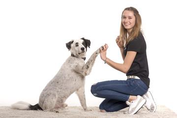 Mädchen mit Hund - Gib Pfote - High five