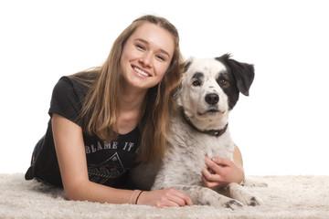 Glückliches Mädchen umarmt ihren Hund