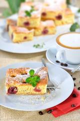 Frisch gebackener Kirschkuchen ( Blechkuchen mit versunkenen Kirschen ) mit einer Tasse Cappuccino - Freshly baked cherry cake with a cup of cappucino