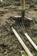 лопата и другие садовые инструменты на земле