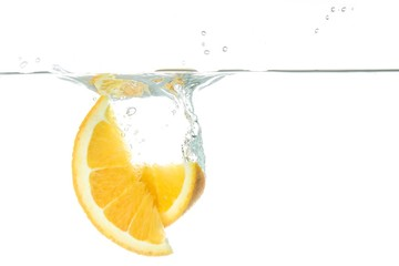 Orangenspalten fallen ins Wasser