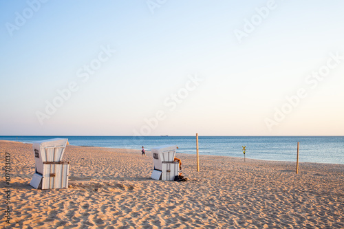 strandk rbe am meer bei westerland auf sylt im sommerurlaub stock photo and royalty free. Black Bedroom Furniture Sets. Home Design Ideas