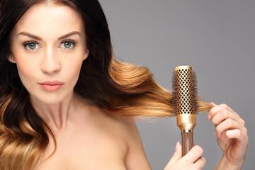 Okrągła szczotka,unoszenie włosów u nasady. Długie zdrowe i lśniące włosy, długie kobiece...