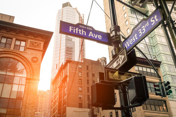 Fond de hotte en verre imprimé New York City Street sign of Fifth Ave and West 33rd St at sunset in New York City - Manhattan district urban area