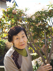 4月、庭のシャクナゲの花と80歳の母