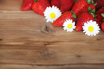 frische Erdbeeren, Gänseblümchen