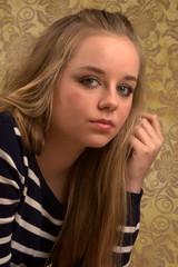 Ernstes Teenager Mädchen mit schönen großen Augen - Portrait