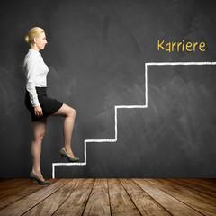 junge Geschäftsfrau begeht erste Stufe einer immer schwieriger werdenden Karriereleiter