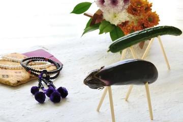 お盆イメージ 精霊馬と数珠と菊の花