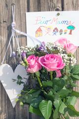 Für Mama zum Muttertag mit Herz und Blumenstrauß