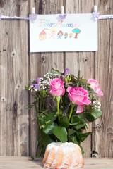 Für Mama zum Muttertag mit Blumenstrauß und Kuchen