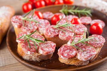 Frisches Brot mit Salami belegt