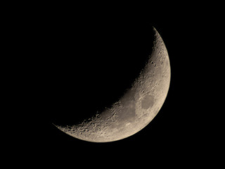 High resolution crescent Moon image through a telescope