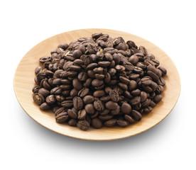 木皿に盛られたコーヒー豆