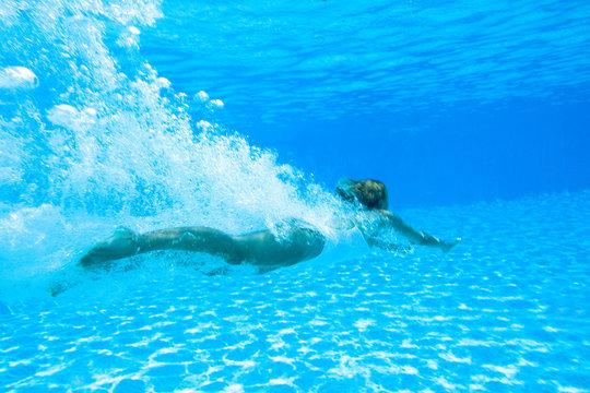 femme nageant dans une piscine sous l'eau