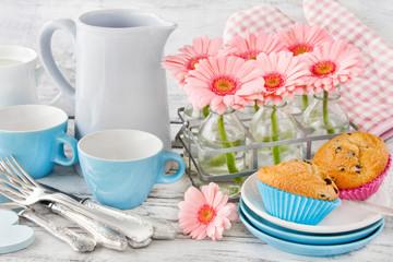 Muffins und Blumen - Tisch, Geschirr und Dekoration