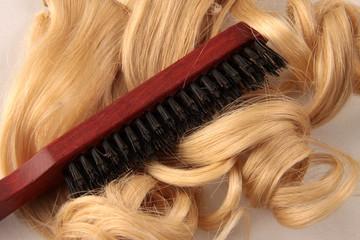 Blonde Locken und Haarbürste