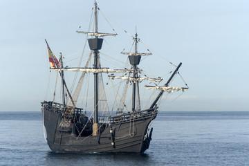 Nao Victoria navegando por la costa