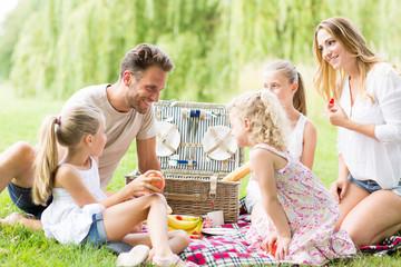 Familie beim Picknick im Garten