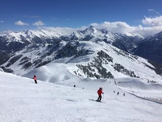 skifahrer auf einer piste in den Alpen