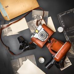 macchina fotografica anni 60 originale con fotografie e pellicola vista dall'alto