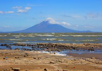Никарагуа. Вулкан Момбако - озеро Никарагуа.