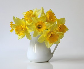 Bouquet of yellow daffodils flowers in a vase. Bouquet of spring yellow narcissus flowers in a vase. Floral home decoration.