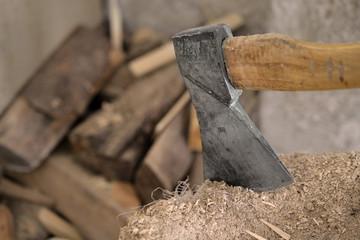 Beil mit Holz