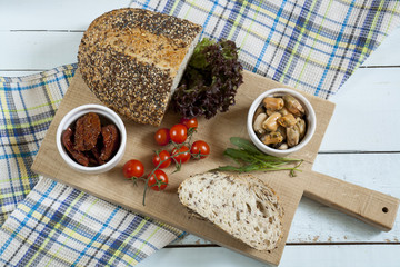 Sun-dried tomatoes, fresh tomatoes, bread and mussels