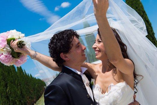 coppia sposi sotto velo